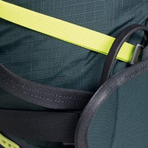 Ručně tkané silné poutko na upevnění lyží (tmavě šedé vlevo) a kompresní popruhy po celý výšce těla batohu