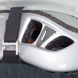 Připevnění helmy pod síťku.
