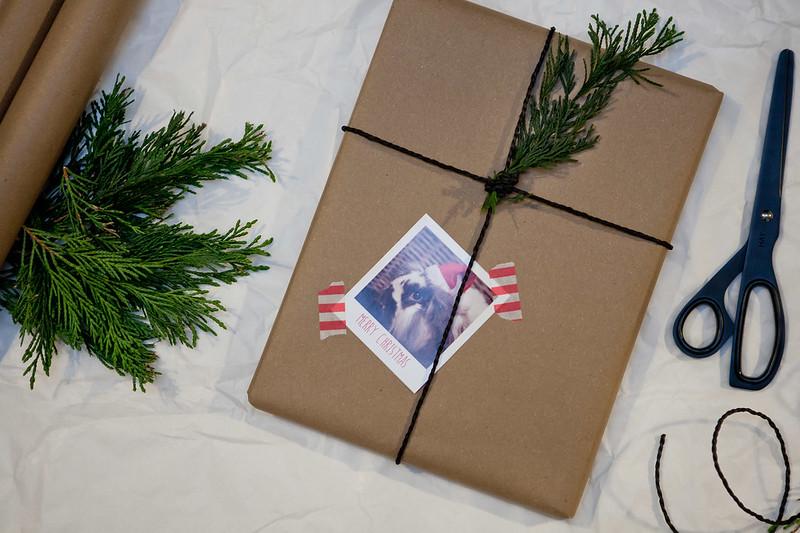 Větvičky a šišky na dárcích