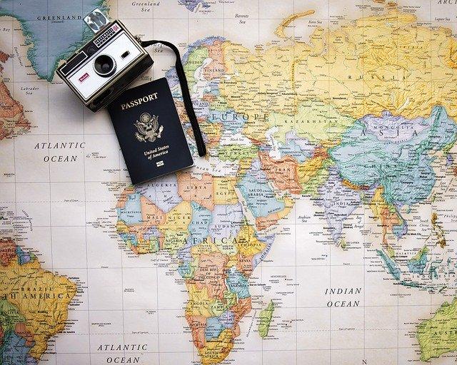cestovní pas a fotoaparat na mapě