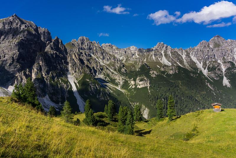Hory a neponičená příroda.