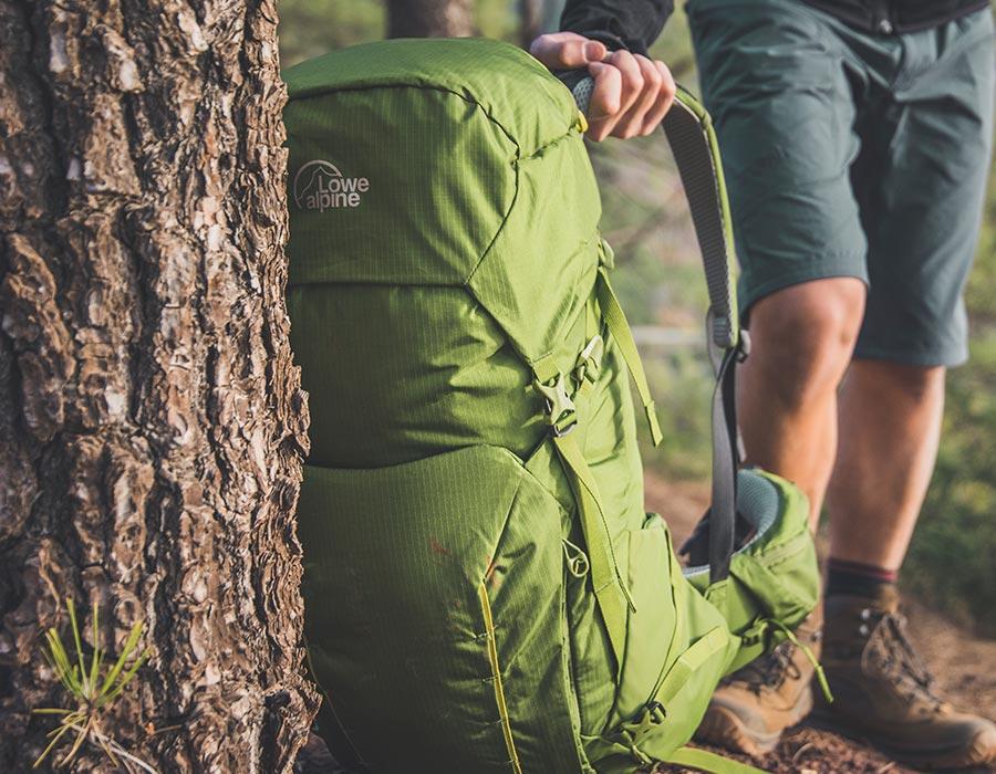 zelený batoh Lowe Alpine Altus na túře v lese