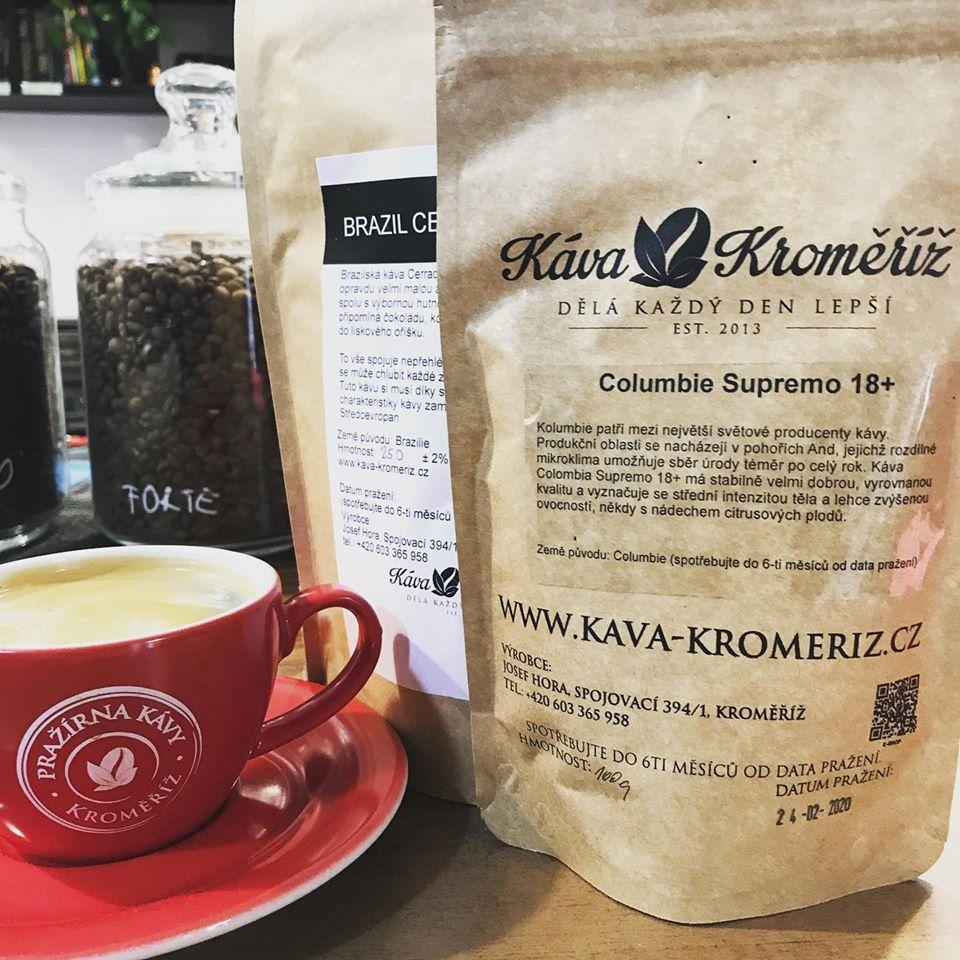 káva s pěnou a balíček kávy z rodinné pražírny Káva Kroměříž